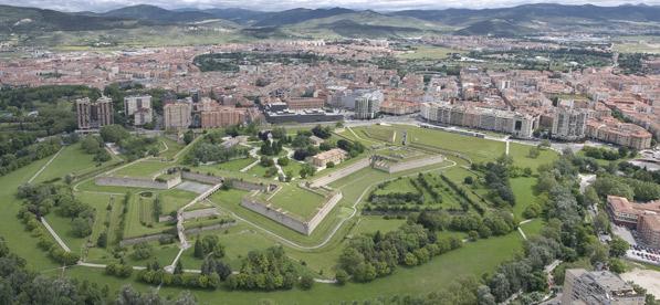 Música y vino en el II paseo de la Muralla a la Luz de las Velas en Pamplona